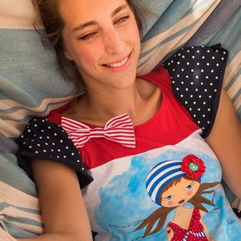 La Amapola Marina 🌺🌊 es una de nuestras #camisetasfavoritas. Sus colores y su pizpireta en la parte delantera nos fascinan 😍😍 Modelo: @elenamarti19 . . . #camisetas #camisetasoriginales #modamujer #camisetasmoda #camisetasmujer #blusas #camisetasdiseño #blusasmujer #blusasdiseño #blusasoriginales #moda #primaveraverano