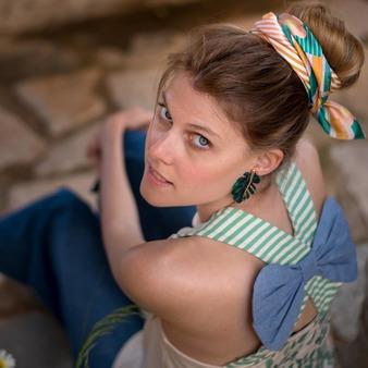"""""""La tribu del garden"""" Su aire romantico y desenfadado. ¡Su espalda! con el lazo vaquero y detalle de hojas. @gloria_sancho  @lagatalocaonline.  . . #moda #modamujer #verano #mujer #primaveraverano #camisetasmujer #camisetasoriginales #blusasmujer #blusasmoda #blusasfemeninas #camisetas #blusas #ilustraciones #ilustracionesbonitas #ropafemenina #camisetasconmensaje #camisetasconilustraciones"""