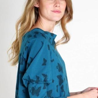 PAPILLON BLEU es una #blusa llena de 🦋🦋 mariposas azules, en un diseño tan elegante. Consíguela Ahora en nuestra #tiendaonline. @gloria_sancho  Aprovecha las #Rebajas de @lagatalocaonline en Blusas y Jerseys 👚🧥 de la Colección Otoño-Invierno'20 . . . . #camisetas #camisetasmujer #jerseys #jerseysmujer #blusasmujer #moda #modamujer #ropa #ropamujer #camisetasoriginales #blusas #camisetasdediseño #tiendaderopa #ropaonline #tiendaropamujer #tiendaderopaonline #lagataloca