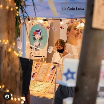 La Gata Loca está en Besugo Market hasta el 12 de septiembre. La Barrosa - Cádiz Podéis visitarnos de 20:00 a 1:00 en el Secret. . . . . #lagataloca #lagatalocaonline #veranosencadiz #mercadosconencanto #Cádiz #besugomarket #playalabarrosa #joyas #plata #moda #modamujer #modachic #pendientesplata #collares #camisetas #camisetasoriginales #camisetasconmensaje